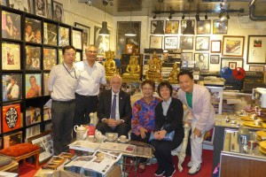 The Director of HKAPA Professor Adrian Walter, the Librarian, the sound engineer and professor of sound reproduction all gathered at the Record Museum for the world's music DNA data base project!  It is our great honor that being accepted by the Highest level of art academy in Hong Kong to use our valuable music heritage as standard for monitoring and teaching purposes. 今天很高興香港演藝學院校長 Professor Adrian Walter 聯同圖書館館長,音響工程師及教授等一行五人到訪〘唱片博物館〙商討建立世界首個音樂DNA 資料庫事宜。 獲香港最高藝術學府採用我們珍貴錄音作為標準監聽及教學用途感到非常鼓舞和榮幸。