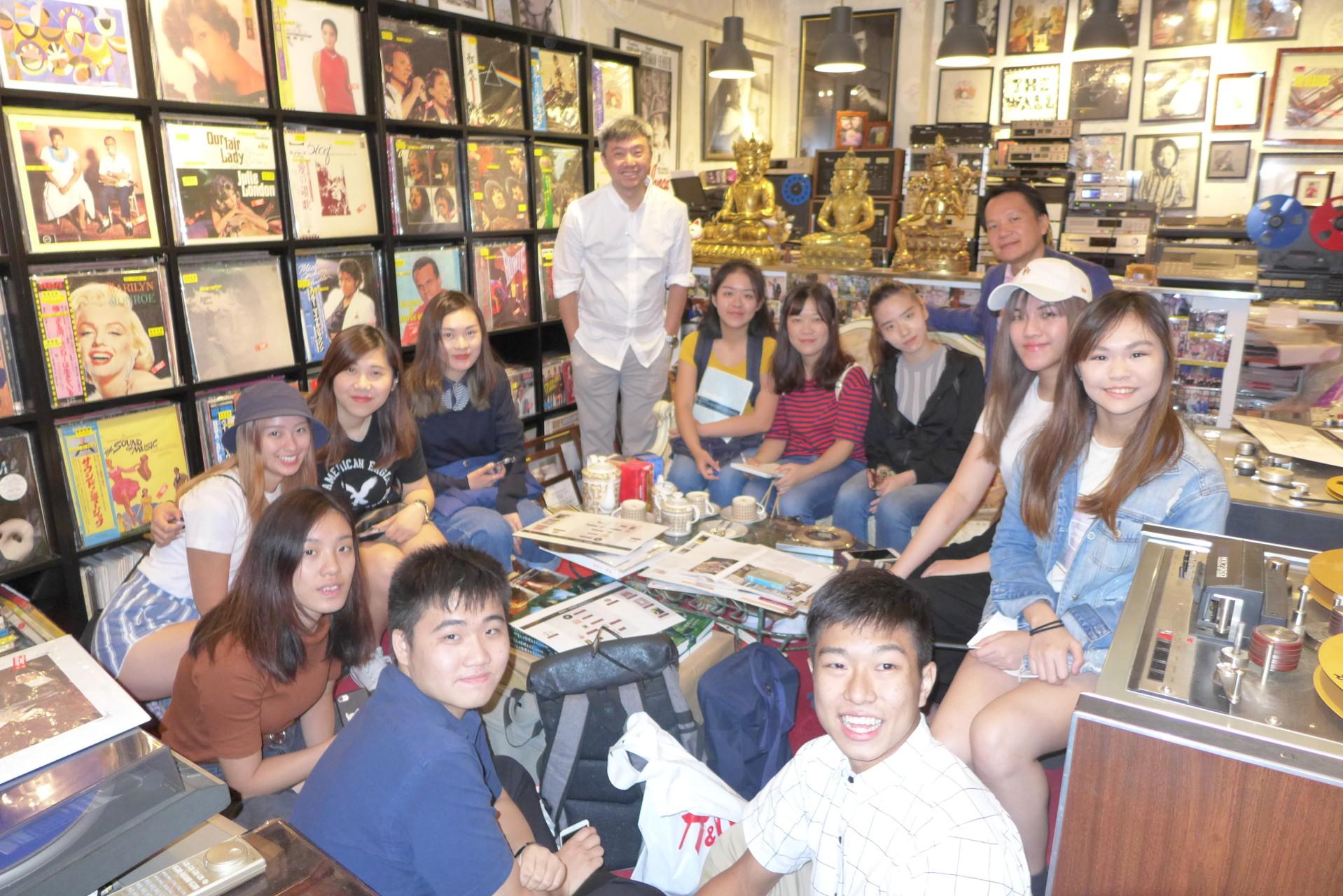 香港樹仁大學林博士和傳理系三十位同學分享唱片博物館講座